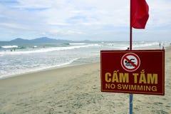 Inget swiiming tecken på en strand i hoi ett Vietnam royaltyfri bild