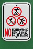 Inget tecken för blading för rulle för skateboardingcykelridning med grön bakgrund Arkivbilder