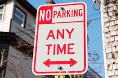 Inget tecken för parkering när som helst Arkivfoto