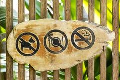 Inget tecken inkluderar ingen hundkapplöpning, inget äta och inget - röka Royaltyfri Foto