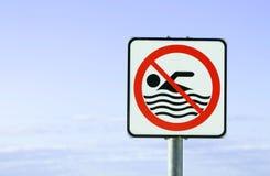 Inget tillåtet europeiskt tecken för simning royaltyfria bilder
