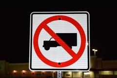 Inget tillåtet gatatecken för lastbilar Arkivbilder