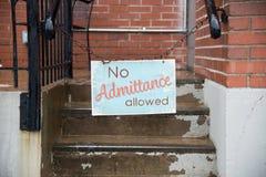Inget tillåtet tecken för tillträde som hänger på kedja i stad royaltyfri foto
