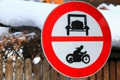 Inget tillträde för bilar och mopeder på Hallstatt, Österrike Arkivfoto