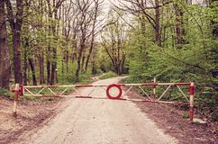 Inget tillträde till skogbanan, rött filter royaltyfri bild