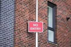 Inget tillträde undertecknar in bostads- byggnad av lägenheter fotografering för bildbyråer
