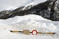INGET TILLTRÄDE undertecknar in de snöig fjällängarna Schweiz arkivbilder