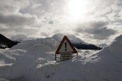 INGET TILLTRÄDE undertecknar in de snöig fjällängarna Schweiz arkivbild