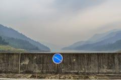 Inget tillträdestecken med blått berglandskap arkivfoto