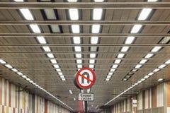 Inget U-svängtecken på bokträdgatatunnelen, London royaltyfria foton