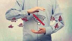 Inget WiFi tema med affärsmannen royaltyfri fotografi