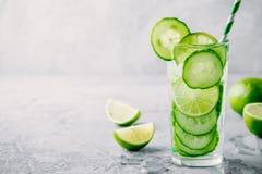 Ingett detoxvatten med gurkan och limefrukt arkivbild