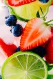 Ingett detoxvatten med limefrukt, jordgubben och blåbäret royaltyfri foto
