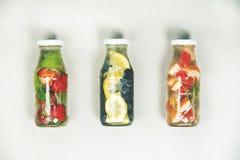 Ingett smaksatt vatten för Detox frukt arkivbild