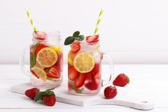 Ingett vatten för Detox frukt arkivbilder