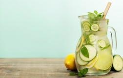 Ingett vatten med gurkan, citronen, limefrukt och mintkaramellen arkivbild