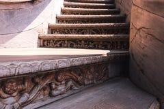 Ingewikkeld gesneden boeddhistische houten treden bij de ingang van het Heiligdom van Waarheid in Pattaya, Thailand Stock Foto's