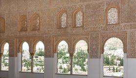 Ingewikkeld vensterdetail binnen het Alhambra paleis Stock Foto