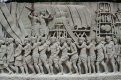 Ingewikkelde Thaise snijdende muurschildering - de geschiedenis van Thailand Royalty-vrije Stock Foto's