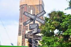 Ingewikkelde verkeersteken met vele richtingen op de straat van Hong Kong Royalty-vrije Stock Foto