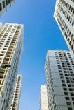Ingezetene flat hoge gebouwen tegen blauwe hemel Royalty-vrije Stock Foto's