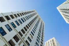 Ingezetene flat hoge gebouwen tegen blauwe hemel Royalty-vrije Stock Afbeelding