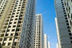 Ingezetene flat hoge gebouwen tegen blauwe hemel Stock Foto's