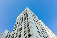 Ingezetene flat hoge gebouwen tegen blauwe hemel Royalty-vrije Stock Fotografie