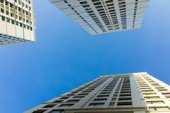 Ingezetene flat hoge gebouwen tegen blauwe hemel Stock Afbeelding
