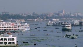 Ingezetenen van de dwarsburiganga rivier van Dhaka in Dhaka, Bangladesh stock footage