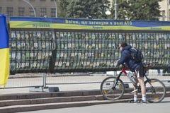 Ingezetenen van de stad dichtbij de tribune met foto's van dode militair Royalty-vrije Stock Afbeeldingen