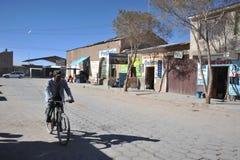 Ingezetenen van de stad van Uyuni stock foto