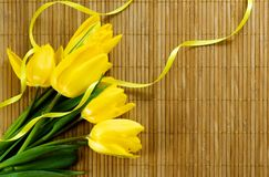 Ingiallisca i tulipani Fotografia Stock