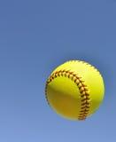 Ingiallisca il softball nell'aria Fotografie Stock Libere da Diritti