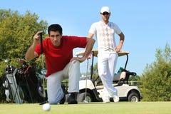 Inginocchiamento del giocatore di golf Immagine Stock