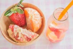 Ingiven vattenflaska av den uppfriskande drinken för blandningfrukt Royaltyfri Bild
