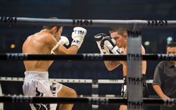 Inglés contra boxeador tailandés iraní en Bangkok Imagenes de archivo