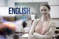 Inglés contra el profesor bonito que sonríe en la cámara en la parte posterior de la sala de clase imagenes de archivo