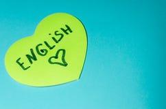 Inglés escrito en etiqueta engomada en la forma de un corazón imagen de archivo libre de regalías