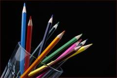 Inglass colorati delle matite inclinati al lato Fotografia Stock