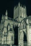 INGLATERRA, POZOS - 20 DE SEPTIEMBRE DE 2015: La catedral de Wells por noche, ennegrece Fotos de archivo libres de regalías