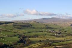 Ingleborough dal Settle vicino di cui sopra di Langcliffe, vallate del Yorkshire Fotografia Stock