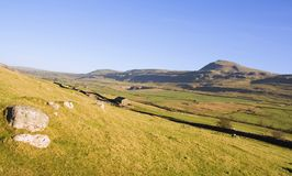 Ingleborough in de afstand Stock Afbeelding