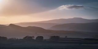 Ingleborough e le colline intorno alla cassapanca, vallate di Yorkshire fotografia stock libera da diritti