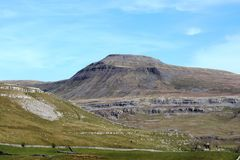 Ingleborough North Yorkshire som ses från Kingsdale Royaltyfria Foton
