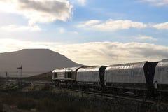Ingleborough und Diesellokomotive auf Steinzug Lizenzfreies Stockfoto