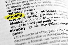` Inglese evidenziato dell'atrocità del ` di parola e la sua definizione nel dizionario fotografie stock