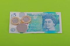 Ingleses, salário mínimo BRITÂNICO de sete libras e de cinqüênta moedas de um centavo Foto de Stock Royalty Free