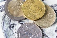 Ingleses uma moeda de libra e moeda do dólar de um quarto colocada no dólar Fotografia de Stock