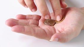Ingleses uma moeda de libra e euro- moeda na mão fêmea video estoque